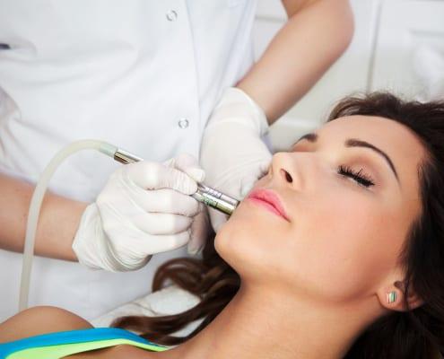 Frau erhält Gesichtsbehandlung mit Reizsstrom