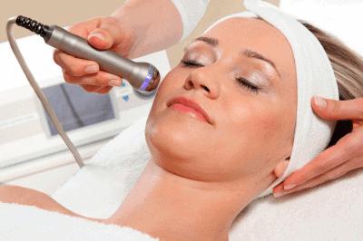 Frau erhaelt Ultraschallbehandlung im Gesicht